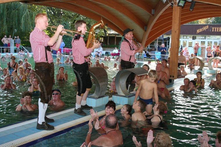 Oktoberfest-Stimmung im Thermalbad Igal (1)