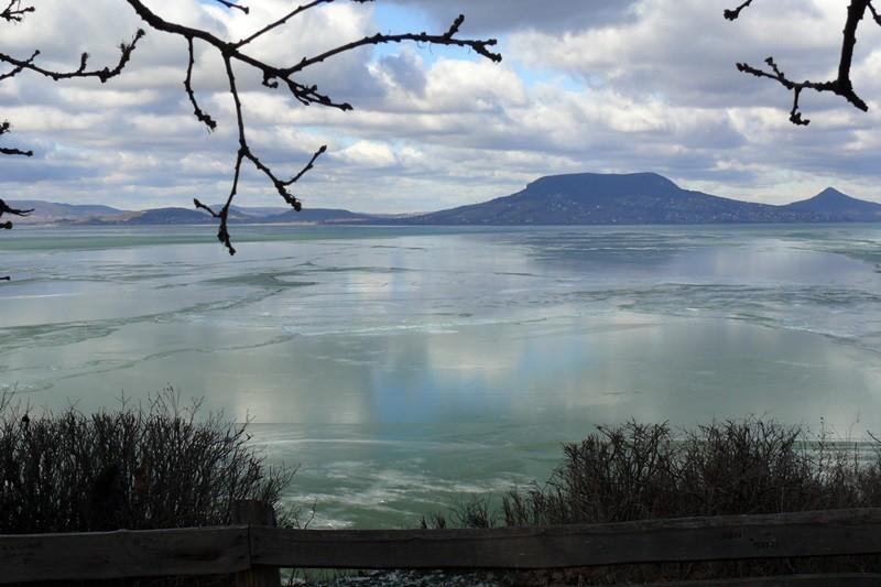Ein dicke Eisschicht liegt auf dem Balaton.
