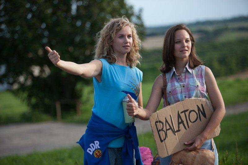Foto: Catrin Streesemann (Cornelia Gröschel, l.) und ihre Schwester Maja Streesemann (Sonja Gerhardt, r.) wollen per Anhalter die Reise zum Balaton antreten, wo sie ihren Urlaub verbringen wollen. Copyright: ZDF/LEO PINTER