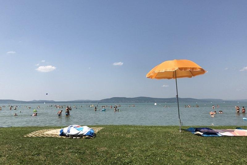 Zu einem gelungenen Badeurlaub am Balaton trägt auch eine gut gepackte Reiseapotheke bei. Foto: Sebastian Starke