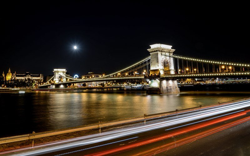 Blick auf Budapester Brücke bei Nacht