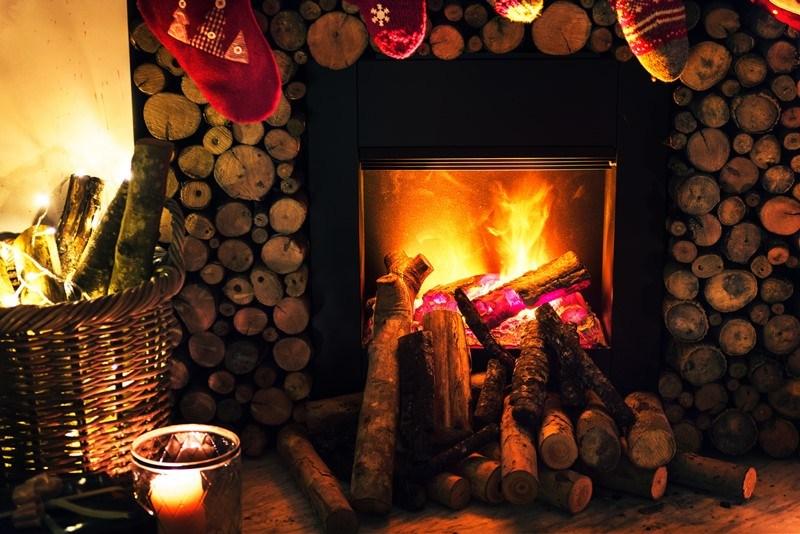 Kaminfeuer in der Advents- und Weihnachtszeit