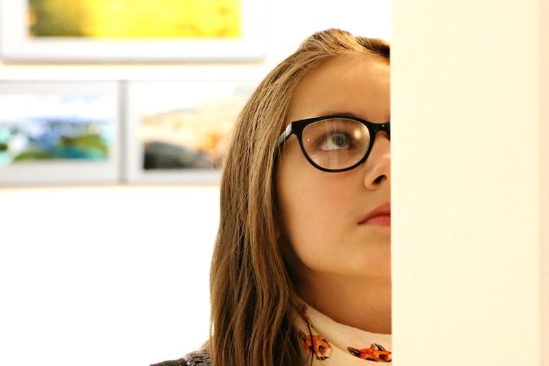 Besucherin einer Galerie